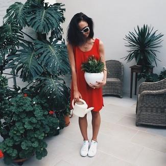 Cómo combinar: vestido recto rojo, tenis blancos, gafas de sol en blanco y negro