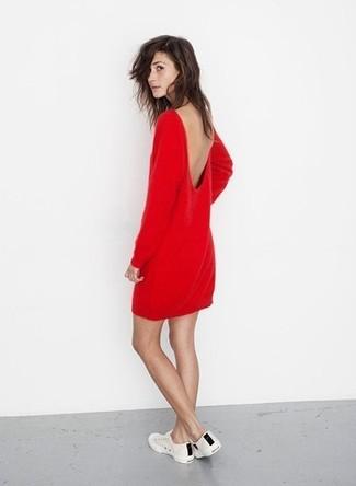 Cómo combinar: vestido recto rojo, tenis en blanco y negro