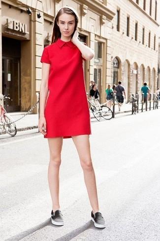 Cómo combinar: vestido recto rojo, zapatillas slip-on negras