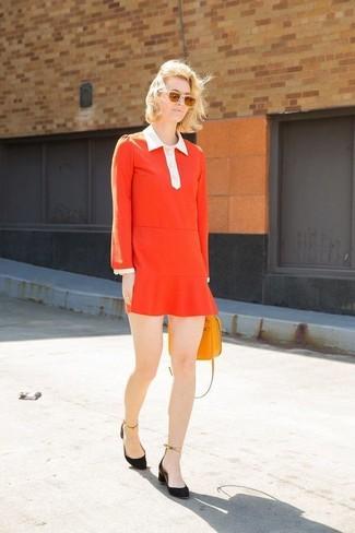 Cómo combinar: vestido recto rojo, zapatos de tacón de ante negros, bolso bandolera de cuero naranja