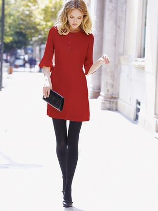 Cómo combinar: vestido recto rojo, zapatos de tacón de cuero negros, cartera sobre de cuero negra, medias de lana negras