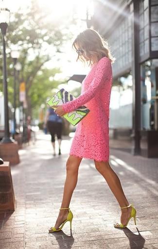 Cómo combinar: vestido recto de encaje rosa, sandalias de tacón de ante en amarillo verdoso, cartera sobre de cuero estampada en amarillo verdoso, gafas de sol negras