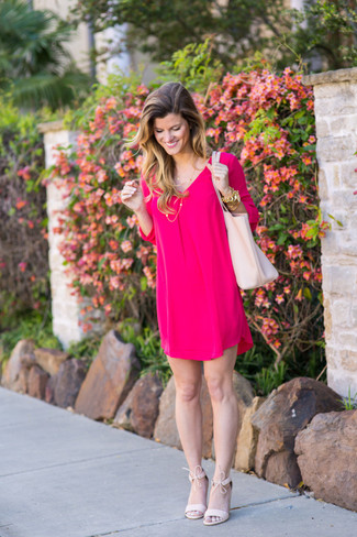 Cómo combinar una pulsera dorada estilo elegante: Considera emparejar un vestido recto rosa con una pulsera dorada transmitirán una vibra libre y relajada. Sandalias de tacón de ante rosadas son una opción buena para complementar tu atuendo.