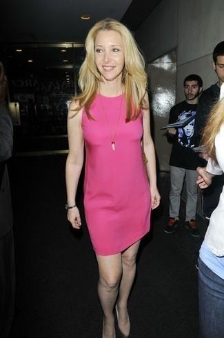 Cómo combinar: vestido recto rosa, zapatos de tacón de cuero en beige, colgante blanco