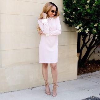 Cómo combinar: vestido recto rosado, sandalias de tacón de ante marrón claro