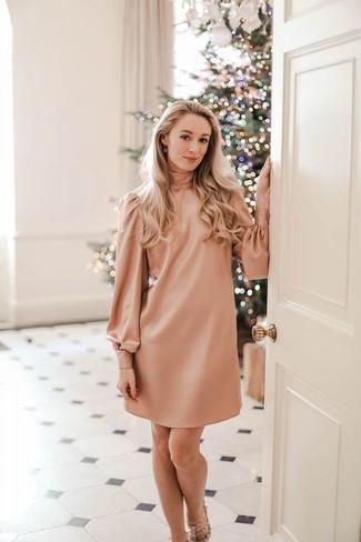 Muestra tu lado sofisticado con un vestido recto rosado. Sandalias de tacón de cuero con tachuelas en beige son una opción excelente para completar este atuendo.