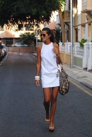 Cómo combinar: vestido recto blanco, sandalias con cuña de cuero en beige, bolsa tote de cuero con print de serpiente gris, gafas de sol negras