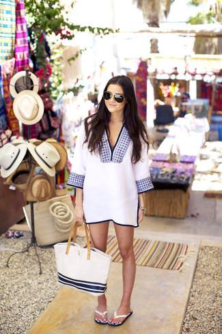 Cómo combinar: vestido recto bordado en blanco y azul, sandalias de dedo de cuero blancas, bolsa tote de lona de rayas horizontales en blanco y azul marino, gafas de sol negras