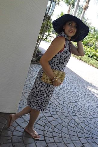 Cómo combinar: vestido recto estampado azul marino, sandalias de dedo doradas, cartera sobre de paja marrón claro, sombrero de paja azul marino