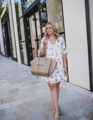 Cómo combinar: vestido recto con print de flores blanco, sandalias de tacón de cuero rosadas, bolsa tote de cuero en beige, pulsera dorada