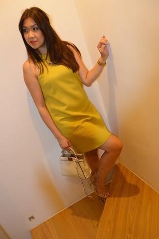 Cómo combinar: vestido recto mostaza, sandalias de tacón de ante en beige, cartera de cuero en beige, reloj dorado