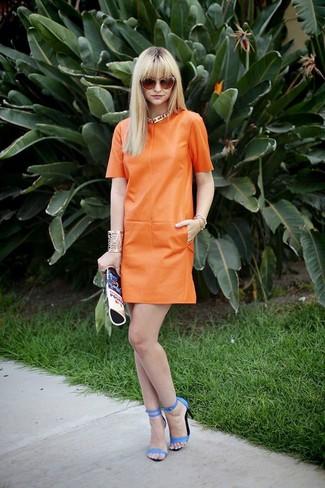 Cómo combinar: vestido recto de cuero naranja, sandalias de tacón de cuero azules, cartera sobre de cuero estampada azul, gafas de sol naranjas