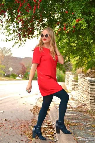Cómo combinar: vestido recto rojo, sandalias de tacón de ante negras, gafas de sol rosadas, pulsera dorada