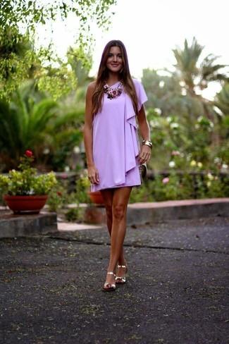 Si buscas un estilo adecuado y a la moda, intenta ponerse un vestido recto violeta claro. Sandalias planas de cuero doradas añaden un toque de personalidad al look.