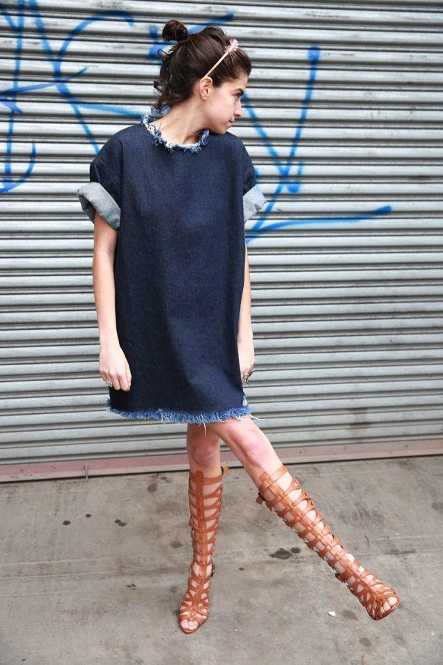 Vestido azul marino y botas marrones