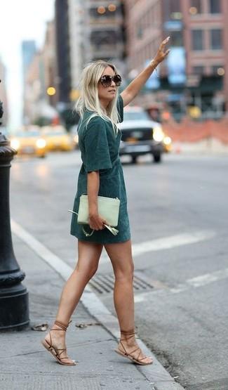 Look de moda: Vestido recto verde oscuro, Sandalias romanas