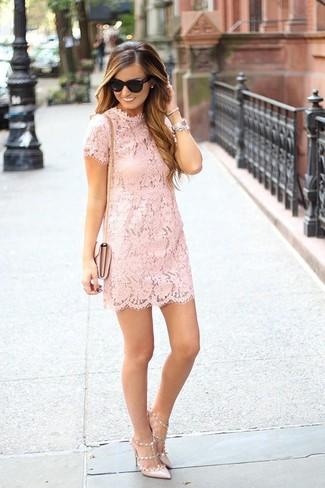 Cómo combinar: vestido recto de encaje rosado, zapatos de tacón de cuero en beige, bolso bandolera de cuero rosado, gafas de sol negras