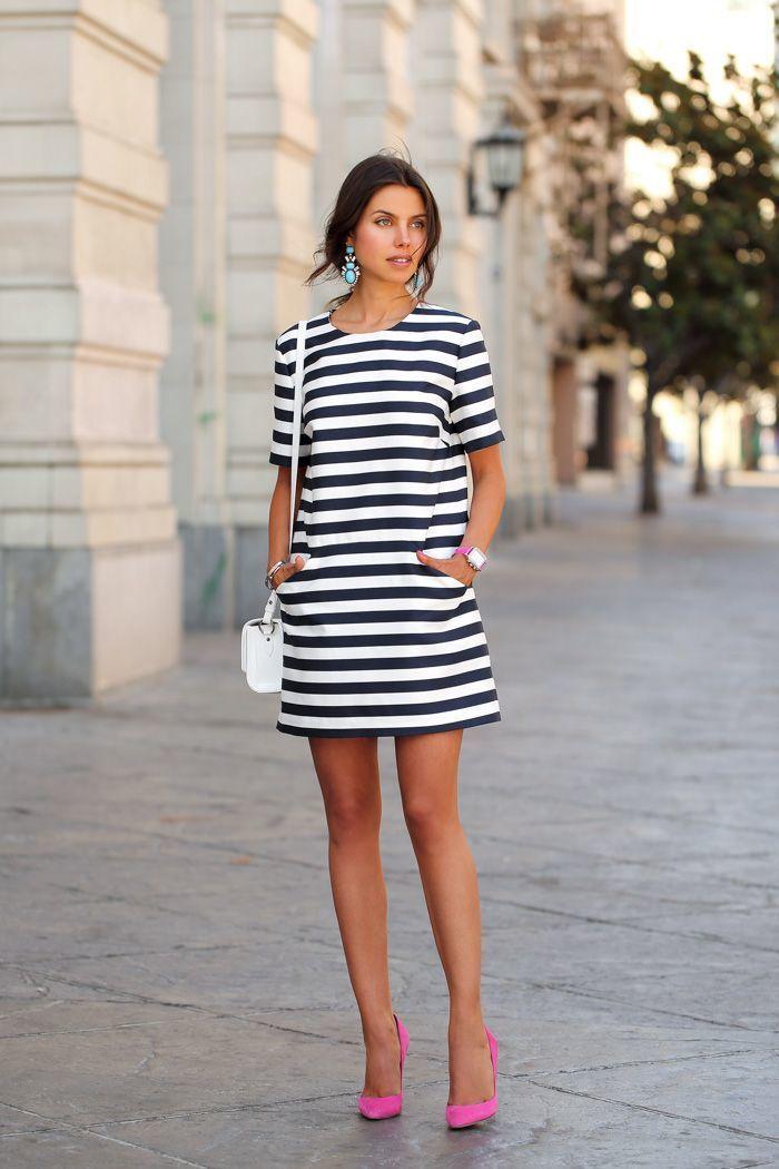 Outfit vestido blanco con rayas negras