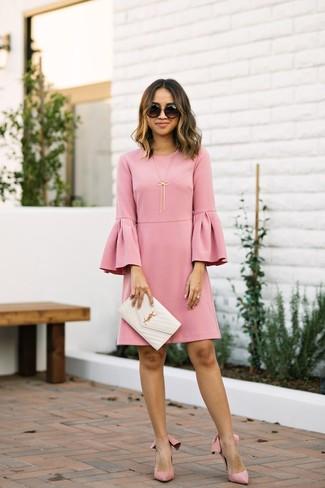 Cómo combinar: vestido recto con volante rosado, zapatos de tacón de ante rosados, cartera sobre de cuero acolchada blanca, gafas de sol negras