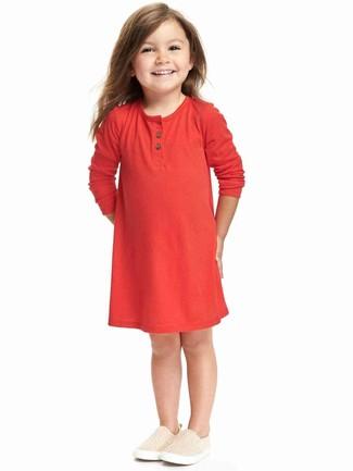 Cómo combinar: vestido rojo, zapatillas en beige