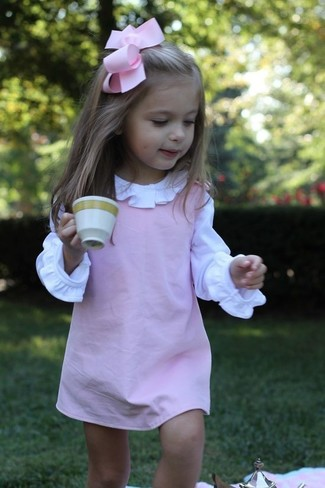 Cómo combinar: vestido rosado, camisa de vestir blanca