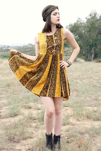 Cómo combinar unas botas planas con cordones de cuero en marrón oscuro: Usa un vestido skater de leopardo amarillo y te verás como todo un bombón. Botas planas con cordones de cuero en marrón oscuro darán un toque desenfadado al conjunto.