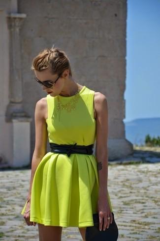 Cómo combinar: vestido skater amarillo, cartera sobre de cuero negra, cinturón de cuero negro, gafas de sol negras