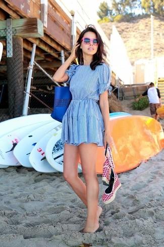 Cómo combinar: vestido skater celeste, sandalias con cuña de lona rosa, bolsa tote de cuero azul, gafas de sol rosa
