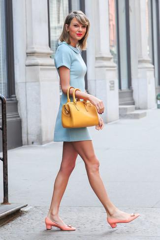Look de Taylor Swift: Vestido Skater Celeste, Zapatos de Tacón de Cuero Naranjas, Bolsa Tote de Cuero Amarilla
