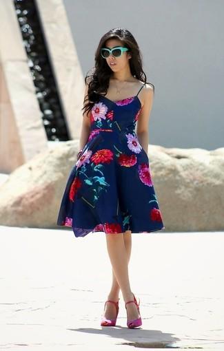 Cómo combinar: vestido skater con print de flores azul marino, sandalias de tacón de ante rosa, gafas de sol en verde menta