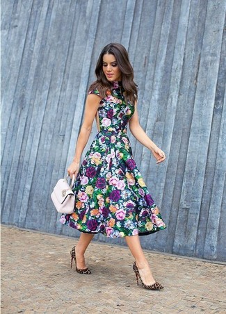 Cómo combinar: vestido skater con print de flores en multicolor, zapatos de tacón de pelo de becerro de leopardo marrón claro, cartera sobre de cuero rosada