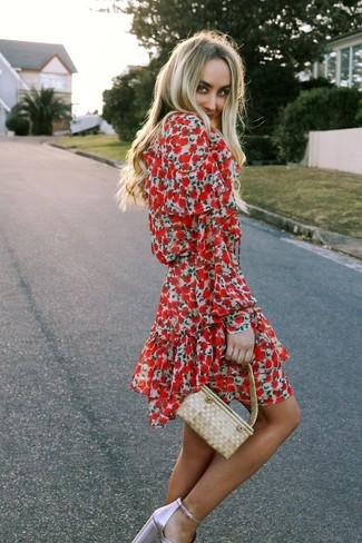 Cómo combinar: vestido skater con print de flores rojo, sandalias de tacón de cuero rosadas, cartera de paja en beige