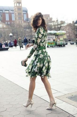 Cómo combinar: vestido skater con print de flores verde, sandalias de tacón de cuero doradas, cartera sobre verde oscuro