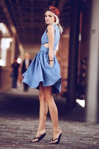 Cómo combinar: vestido skater de cambray azul, sandalias de dedo negras, gorra inglesa estampada roja