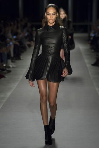 Cómo combinar: vestido skater de cuero negro, botines de terciopelo negros