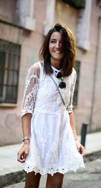 Cómo combinar: vestido skater de encaje blanco, gafas de sol en negro y dorado, reloj plateado