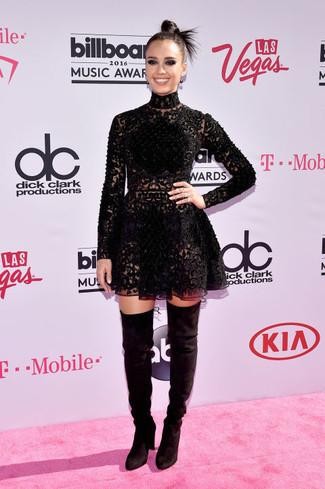 Look de Jessica Alba: Vestido skater de encaje negro, Botas sobre la rodilla de ante negras
