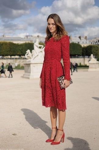 Cómo combinar: vestido skater de encaje rojo, zapatos de tacón de cuero rojos, cartera sobre de ante de leopardo marrón claro