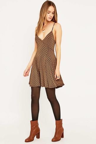 Cómo combinar: vestido skater estampado marrón, botines de cuero en tabaco, medias negras