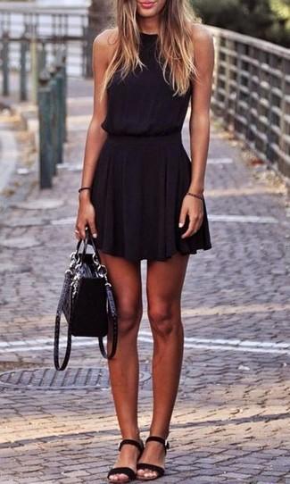 Cómo combinar: vestido skater negro, sandalias planas de ante negras, bolso de hombre de ante negro