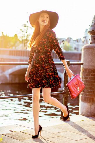 Cómo combinar: vestido skater estampado negro, zapatos de tacón de ante negros, bolso de hombre de cuero rojo, sombrero de lana negro