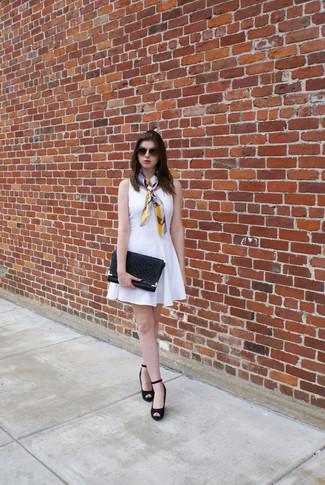Cómo combinar: vestido skater blanco, zapatos con cuña de ante negros, cartera sobre de cuero con recorte negra, bufanda de seda en multicolor