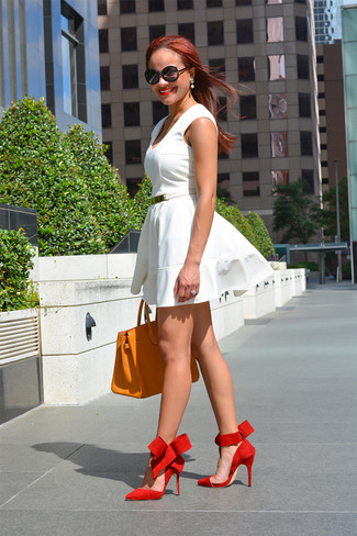 Cómo combinar: vestido skater blanco, zapatos de tacón de ante rojos, bolsa tote de cuero naranja, correa de cuero blanca