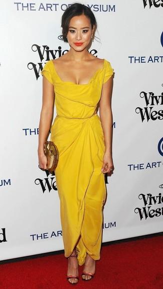 Cómo combinar: vestido tubo amarillo, sandalias de tacón de cuero rojas, cartera sobre dorada, pendientes dorados