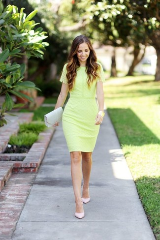 Cómo combinar: vestido tubo de encaje amarillo, zapatos de tacón de cuero en beige, cartera sobre de cuero en beige, pulsera dorada