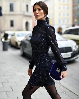 Cómo combinar: vestido tubo de gasa azul marino, bolso bandolera de terciopelo azul, pendientes negros, medias negras