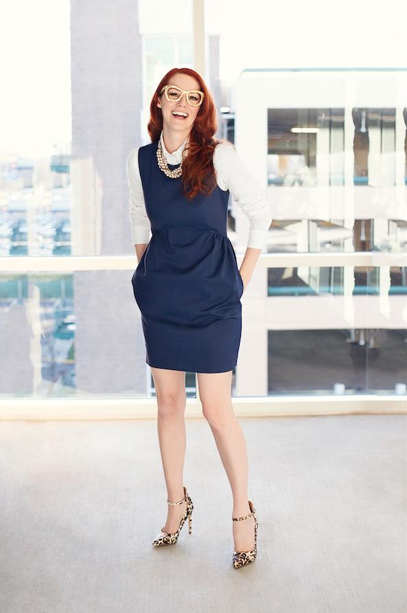 Vestido azul con zapatillas beige