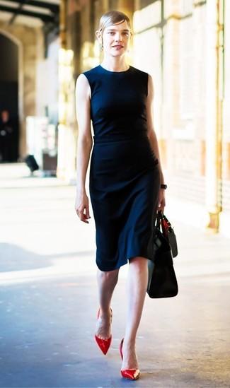 Cómo combinar: vestido tubo azul marino, zapatos de tacón de cuero rojos, bolsa tote de cuero negra
