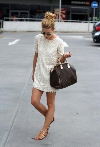 Cómo combinar: vestido tubo de encaje blanco, sandalias romanas de cuero marrónes, bolso deportivo de cuero estampado en marrón oscuro, gafas de sol negras