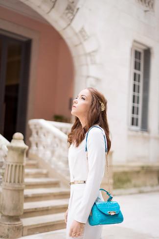 Si buscas un estilo adecuado y a la moda, considera emparejar un vestido tubo blanco junto a una cinta para la cabeza.